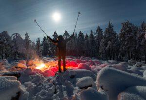 Lumikenkäily Saariselällä tunturimaisemissa.
